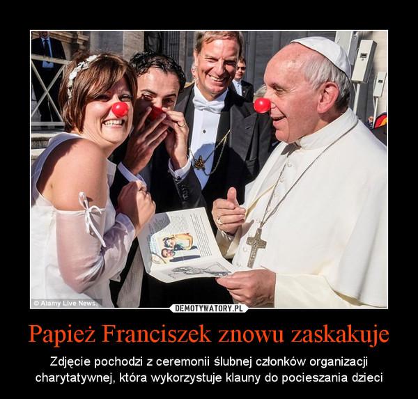 Papież Franciszek znowu zaskakuje – Zdjęcie pochodzi z ceremonii ślubnej członków organizacji charytatywnej, która wykorzystuje klauny do pocieszania dzieci