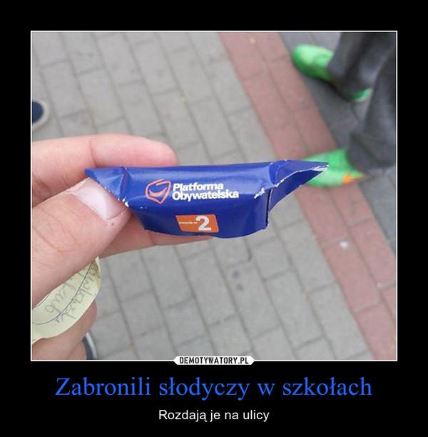 Zabronili słodyczy w szkołach – Rozdają je na ulicy