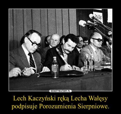 Lech Kaczyński ręką Lecha Wałęsy podpisuje Porozumienia Sierpniowe.