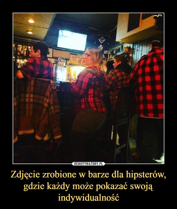 Zdjęcie zrobione w barze dla hipsterów, gdzie każdy może pokazać swoją indywidualność –