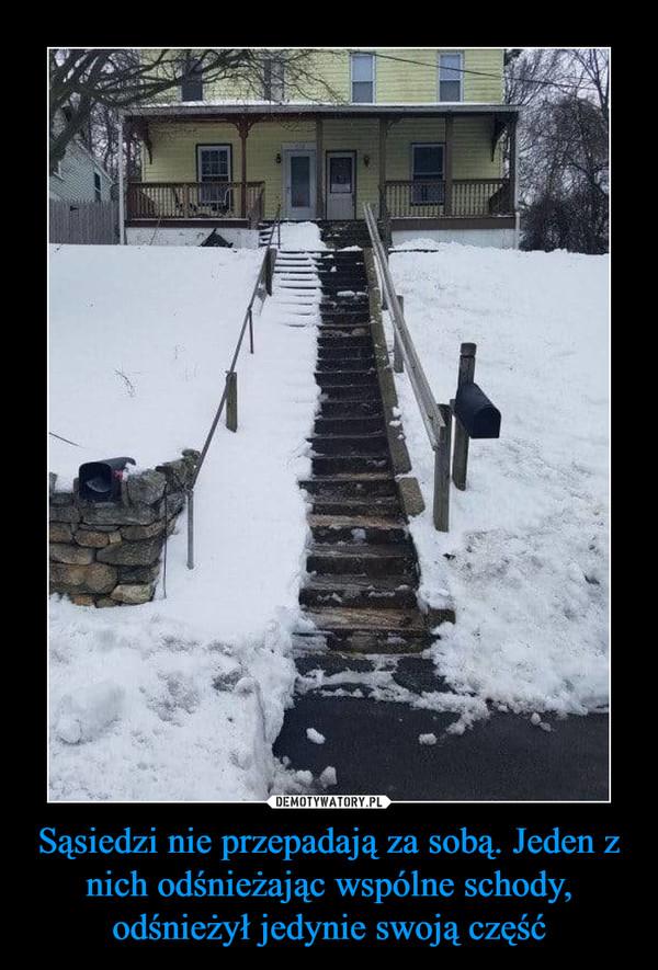 Sąsiedzi nie przepadają za sobą. Jeden z nich odśnieżając wspólne schody, odśnieżył jedynie swoją część –