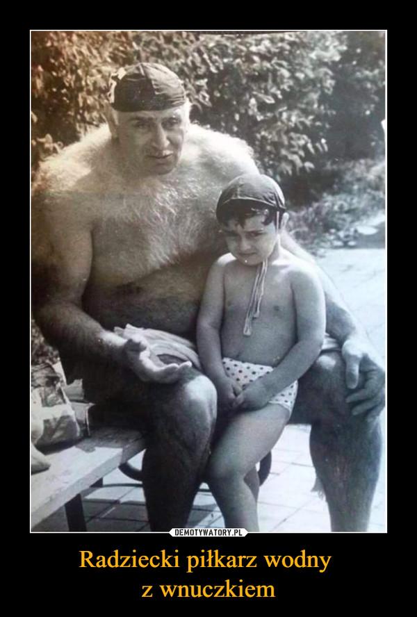 Radziecki piłkarz wodny z wnuczkiem –