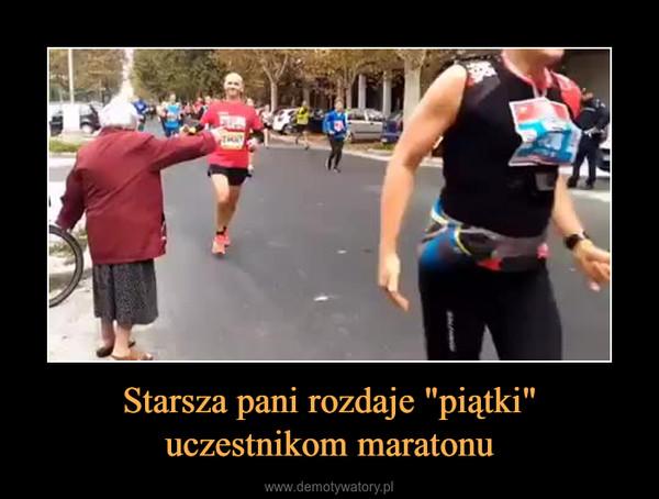 """Starsza pani rozdaje """"piątki"""" uczestnikom maratonu –"""