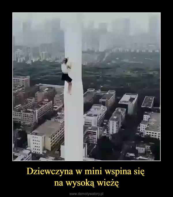 Dziewczyna w mini wspina się na wysoką wieżę –