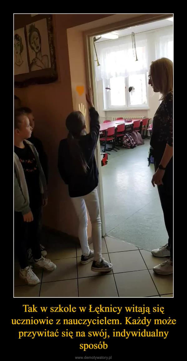 Tak w szkole w Łęknicy witają się uczniowie z nauczycielem. Każdy może przywitać się na swój, indywidualny sposób –