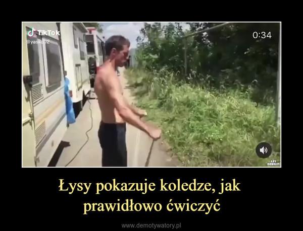 Łysy pokazuje koledze, jak prawidłowo ćwiczyć –