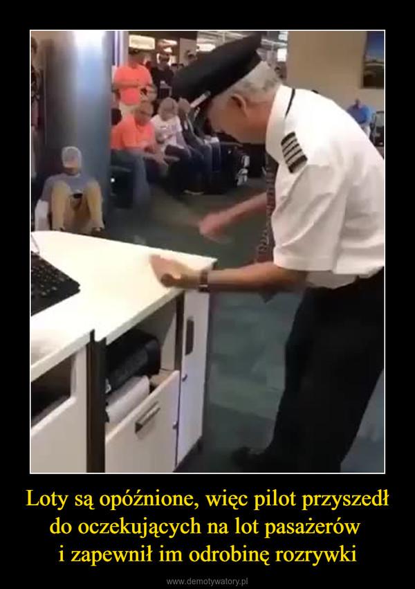 Loty są opóźnione, więc pilot przyszedł do oczekujących na lot pasażerów i zapewnił im odrobinę rozrywki –