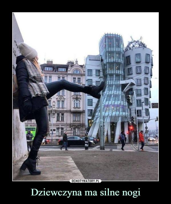 Dziewczyna ma silne nogi –