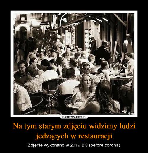 Na tym starym zdjęciu widzimy ludzi jedzących w restauracji