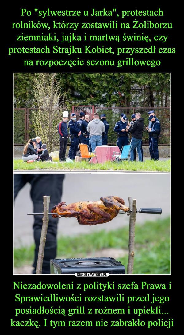 Niezadowoleni z polityki szefa Prawa i Sprawiedliwości rozstawili przed jego posiadłością grill z rożnem i upiekli... kaczkę. I tym razem nie zabrakło policji –