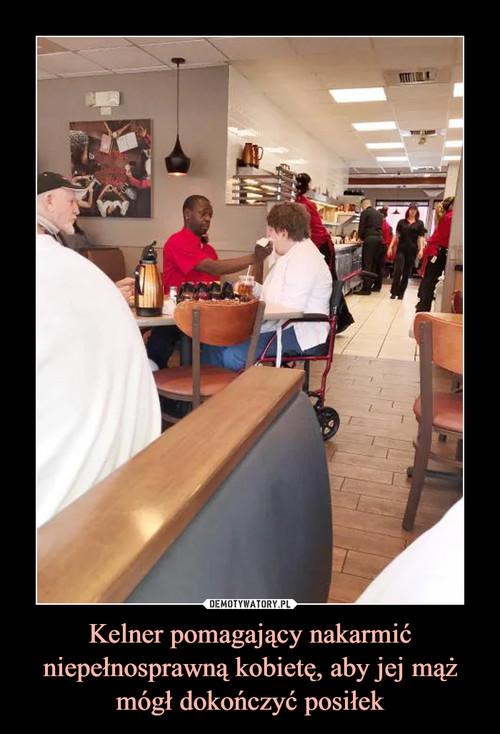 Kelner pomagający nakarmić niepełnosprawną kobietę, aby jej mąż mógł dokończyć posiłek