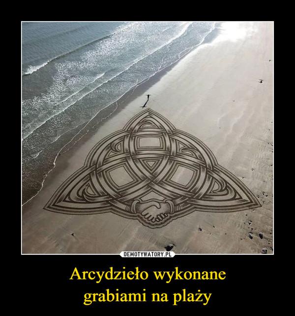 Arcydzieło wykonanegrabiami na plaży –
