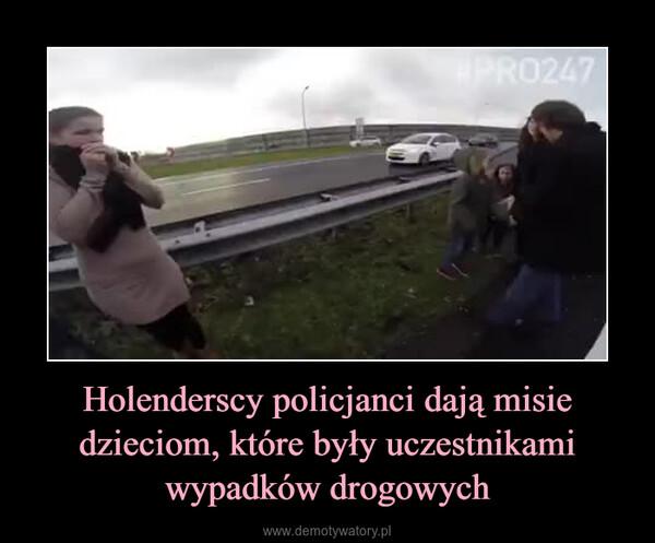 Holenderscy policjanci dają misie dzieciom, które były uczestnikami wypadków drogowych –